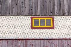 Gammalt träfönster på fasadhus med tegelplattaträmodellen royaltyfri foto