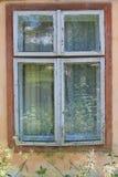 Gammalt träfönster på forntida hus Royaltyfri Foto