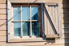 Gammalt träfönster på landshus Royaltyfri Bild