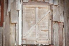 Gammalt träfönster som förseglas med plankor på backdround arkivfoton