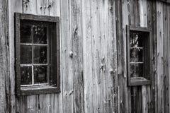 Gammalt träfönster som täckas med rengöringsduk för spindel` s på den gamla träwaen Royaltyfri Foto