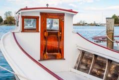 Gammalt träfartyg som förtöjas på en marina Arkivfoto