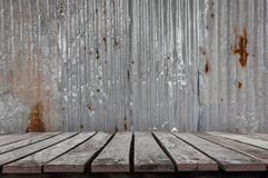 Gammalt trägolv med gammal textur för tak för metallark Modell av det gamla metallarket Arkivbild