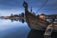 gammalt trähistoriskt skepp i port i Carentan, Frankrike arkivbilder