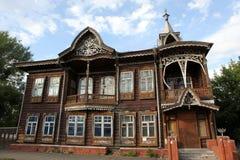 Gammalt trähus, Barnaul, Ryssland, Arkivbilder