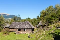 Gammalt trähus i Carpathiansna Fotografering för Bildbyråer