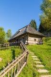 Gammalt trähus i Carpathiansna Arkivfoton