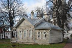 Gammalt trähus och domkyrkan i Vologda arkivfoto