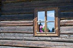 Gammalt trähusvägg och fönster Royaltyfri Bild