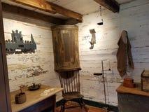 Gammalt träkabinett på vita väggar med stearinljus Royaltyfria Foton