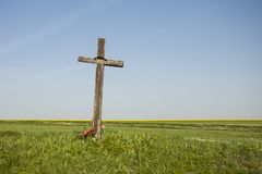 Gammalt träkors på fältet fotografering för bildbyråer