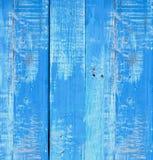 Gammalt trämålat ljus - blå lantlig bakgrund, målarfärgskalning arkivfoton