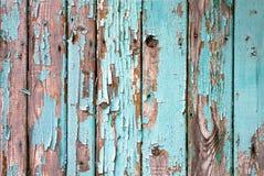 Gammalt trämålat ljus - blått lantligt staket, målarfärgskalningsbakgrund fotografering för bildbyråer