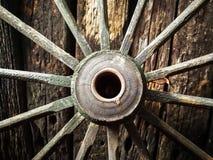 Gammalt trämetallhjul på den gamla träväggbakgrunden Royaltyfria Foton