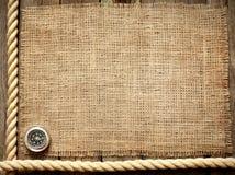 Gammalt träplankor och rep med kompasset Arkivfoton