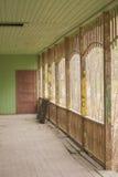 Gammalt träskadat övergett hus Arkivfoto