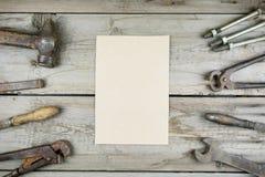 Gammalt träskrivbord Gamla rostiga snickerihjälpmedel Vertikal modell Arkivfoto