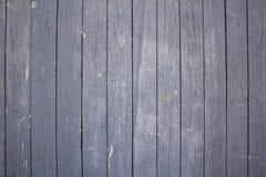 gammalt trästaket av målade bräden med grå skalande målarfärg med sprickor och skrapor lines vertical Textur för grov yttersida arkivfoton