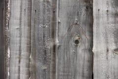 Gammalt trästaket i en grå Siberian by Royaltyfri Fotografi