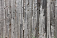 Gammalt trästaket i en grå Siberian by Royaltyfri Foto