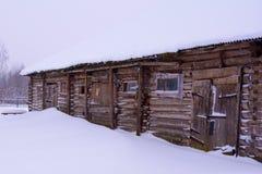 Gammalt trästall som täckas i snö royaltyfri fotografi