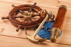 Gammalt trästyrninghjul för maritimt affärsföretag royaltyfria bilder