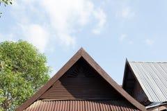 Gammalt trätak i thailändsk stil Arkivfoto
