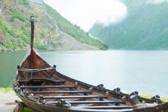 Gammalt träviking fartyg i norsk natur Fotografering för Bildbyråer