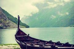 Gammalt träviking fartyg i norsk natur Arkivfoton