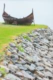 Gammalt träviking fartyg i norsk natur Royaltyfria Foton