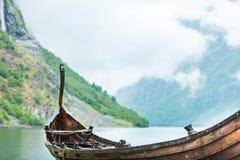 Gammalt träviking fartyg i norsk natur Arkivbild