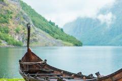 Gammalt träviking fartyg i norsk natur Royaltyfri Bild