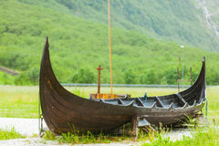 Gammalt träviking fartyg i norsk natur Royaltyfri Fotografi
