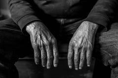 Gammalt trött och att vila caucasian manhänder som är nära upp skott, begreppsmässig åldras bild arkivbild