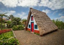 Gammalt traditionellt hus på madeira Arkivfoto