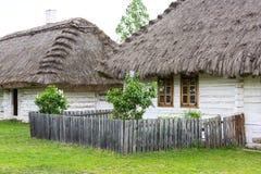 Gammalt traditionellt polskt trähus i museet för öppen luft, Tokarnia, Polen Arkivbilder
