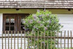 Gammalt traditionellt polskt trähus i museet för öppen luft, Tokarnia, Polen Royaltyfri Fotografi