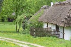 Gammalt traditionellt polskt trähus i museet för öppen luft, Tokarnia, Polen Arkivfoto