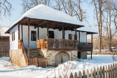 Gammalt traditionellt rumänskt hus i vintern som är typisk från söderna Royaltyfria Foton