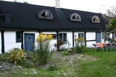 Gammalt traditionellt svenskhus med en blå dörr Royaltyfri Foto