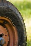 gammalt traktorhjul Arkivfoton