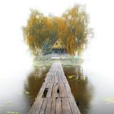 Gammalt trähus på sjön, dimmig höstmorgon Royaltyfri Fotografi