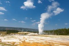 Gammalt troget för Yellowstone Geyser, medan få utbrott royaltyfria bilder