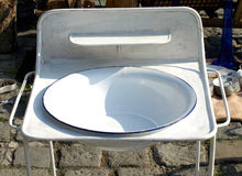 Gammalt tvättställ på en stand Royaltyfri Fotografi