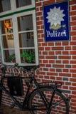 Gammalt tyskt poliskontor med cykeln royaltyfri fotografi