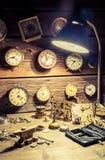 Gammalt urmakareseminarium mycket av klockor och hjälpmedel Royaltyfria Bilder