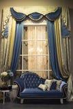 Inre med sofaen och gardiner Arkivfoton