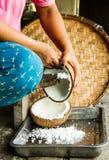 Gammalt utforma kokosnöten mjölkar danande Arkivfoto
