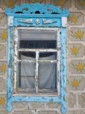 Gammalt utsmyckat fönster arkivfoto