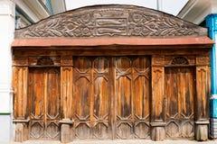 gammalt utsmyckat trä för port royaltyfri bild